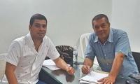 El registrador Eduardo Noguera, en su oficina, acompañado de su abogado, José Manuel Noguera.