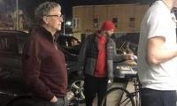 Bill Gates esperando su turno para comprar una hamburguesa.