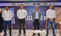 Momentos cuando los candidatos junto al moderador del 'Gran Debate' entonaban los himnos,