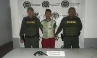 Kevin José Restrepo Montalvo con el arma homicida.