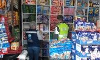 La Secretaría de Salud y la Policía Metropolitana están realizando operativos en tiendas y supermercados.