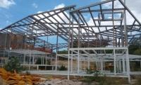 La estructura del CDI de Bonda está al descubierto. La obra está en abandono.