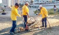 Essmar limpia la playa de 'Los Cocos'