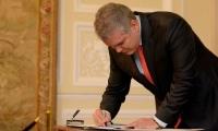 Iván Duque firmando el decreto para este 21 de noviembre.