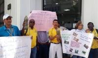 Protesta a las afueras de la Essmar por aguas residuales en Bastidas