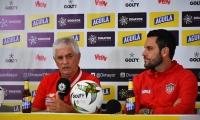 El DT Julio Comesaña y el capitán Sebastián Viera en la rueda de prensa.
