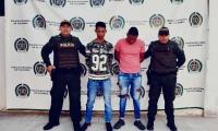 Capturan a dos hombres por porte ilegal de arma de fuego y hurto agravado en Gaira.