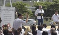 Teófilo Gutiérrez saluda, tras el Presidente agradecerle por el desempeño del Junior.