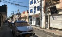 Ante la falta de parqueaderos en el centro, algunos parquean sus vehículos en las calles.