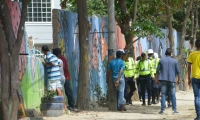 Muro en demolición por funcionarios de la Udep