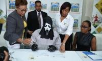 Hombre reclama premio de lotería con máscara en Jamaica
