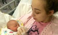 Joven madre y su hija. La mujer no supo que estaba embarazada, hasta  que dio a luz estando en coma.