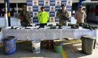 Armas y explosivos hallados en caleta subterránea.