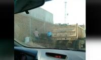 En el video se observa el camión de la Alcaldía que está siendo utilizado para recoger escombros.