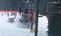 Niño colgando de teleférico cuando subía a una montaña