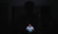 Un hombre mira el móvil en la oscuridad este jueves en Caracas (Venezuela), durante un apagón eléctrico que afectó a gran parte del país.