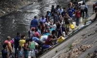 Decenas de venezolanos recurren al río para suplir sus necesidades de escasez de agua