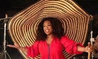 Oprah Winrey con el enorme sombrero vueltiao