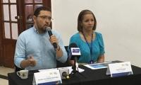 Rafael Martínez (izquierda) se encuentra fuera del país, en una misión oficial en Israel.