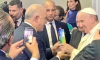 El empresario Christian Daes entregando la Ventana al Mundo al Papa Francisco.