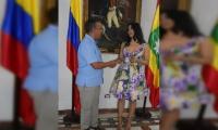 La artista Angélica lópez tras ser condecorada por el alcalde de Cartagena, Pedrito Pereira.