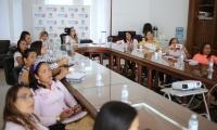 enlaces de género de varios municipios se reunieron en la sala de juntas del Palacio Tayrona para recibir asistencia técnica de Martha Solano, asesora de la Consejería.