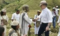 El Mamo Jacinto estrechando la mano del expresidente Juan Manuel Santos