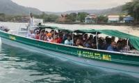 Migrantes rescatados en una motonave en Urabá
