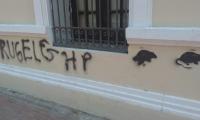 Así amaneció la fachada de la Alcaldía de Santa Marta, con un mensaje agresivo contra Andrés Rugeles.