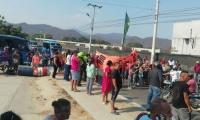 Protesta de habitantes de Torres del Cisne, que bloquearon la vía a Minca.