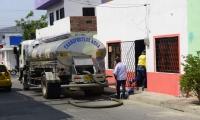 La Essmar está suministrando agua con carrotanques en los barrios más afectados.