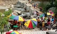El balneario la Macarena sigue con sus talanqueras en el río Piedras.