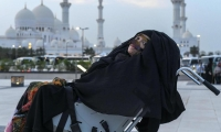 Munira Abdulla sufrió un accidente en 1991 que la dejó en coma y despertó en junio pasado, después de 27 años. Su hijo nunca perdió la esperanza de verla mejor.