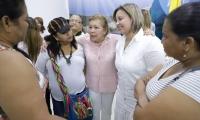Hilda Caballero (rayas rosadas y blancas en el centro), reunida con un grupo de mujeres, ejerciendo funciones en la Alcaldía sin tener contrato.