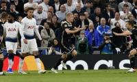 Donny Van Deek celebra su gol.