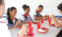 El suministro de alimento a la población estudiantil que hoy asciende a más de 130 mil niños en los 28 municipios del Departamento.