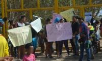 Protesta de padres de familia en el Megacolegio de La Paz.