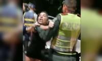Mujer borracha ofende a agentes de tránsito