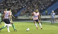 Freddy Hinestroza y Luis Díaz en jugada ofensiva al inicio del partido.