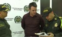 Extranjero protagonista del video viral, presentándose ante las autoridades