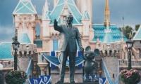 La estatua de Walt Disney se erige imponente a la entrada de Magic Kindom, el parque más famoso de Disney.