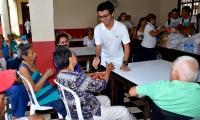 Los estudiantes compartieron con los adultos mayores