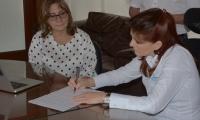 La gobernadora del Magdalena, Rosa Cotes, y la presidenta de la Comisión Nacional del Servicio Civil, Luz Amparo Cardozo, firmaron el convenio.