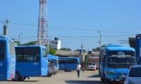 Algunos buses se encuentran parqueados.