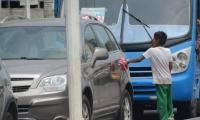 Niños y adolescentes trabajan o piden limosnas en semáforos.