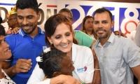 La gobernadora Rosa Cotes saludó a los asistentes al término de su intervención.