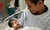 Bebé con su padre Yovany López.