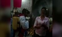 Sacerdote en Sabanalarga esparce agua bendita con fumigador