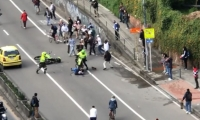 Un policía arrolló a un joven y esto desató la furia de los demás.