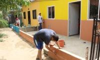 Moradores del barrio Chimila 1 pintando sus casas